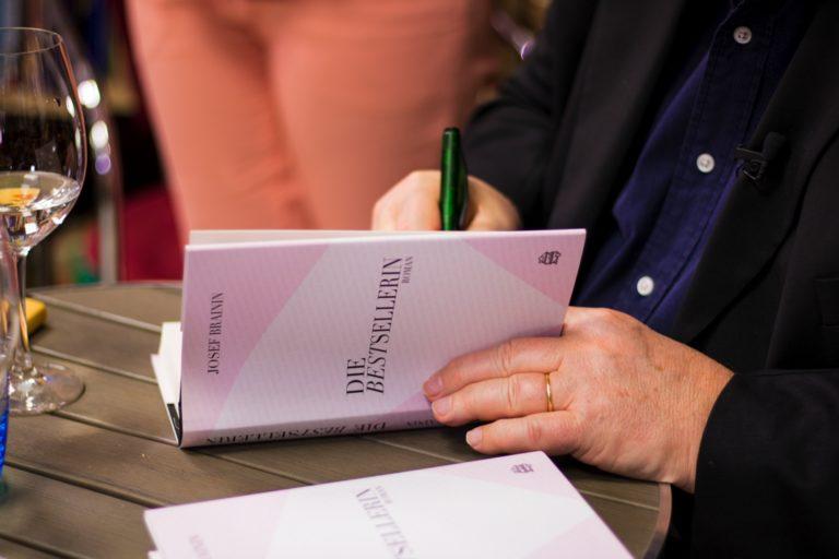 """Buchpräsentation von Josef Brainins """"Die Bestsellerin"""" in der Bücherecke Bellearti"""